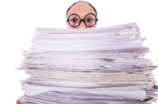 ING_19043_06216-paper-pile-funny-guy-big-glasses-1024x678
